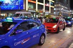 Ταξί στο δρόμο στη Σιγκαπούρη τη νύχτα Στοκ Εικόνα
