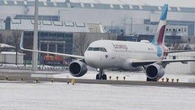 Ταξί της Ευρώπης Airbusdoing Eurowings στο διάδρομο αερολιμένων του Μόναχου απόθεμα βίντεο