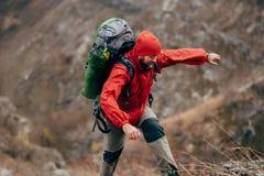 Ταξιδιωτικές γενειοφόρες αρσενικές οδοιπορία και ορειβασία κατά τη διάρκεια του ταξιδιού του Ακραίος νεαρός άνδρας που στα βουνά στοκ εικόνα