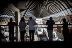 Ταξιδιωτικές ` σκιαγραφίες στο σταθμό τρένου Στοκ Εικόνα