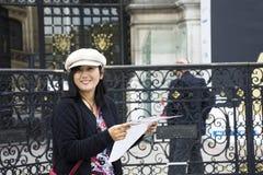 Ταξιδιωτικές ταϊλανδικές γυναίκες που φαίνονται χάρτης και που διαβάζουν τον τουριστικό οδηγό στο μέτωπο Hotel de Ville Στοκ φωτογραφίες με δικαίωμα ελεύθερης χρήσης
