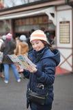 ταξιδιωτική γυναίκα χαρτών Στοκ Εικόνα