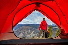 Ταξιδιωτική χαλάρωση νεαρών άνδρων υπαίθρια με τα δύσκολα βουνά στις διακοπές και τον τρόπο ζωής φθινοπώρου υποβάθρου στοκ εικόνες με δικαίωμα ελεύθερης χρήσης