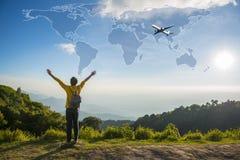 Ταξιδιωτικό άτομο ελευθερίας που στέκεται με τα αυξημένα όπλα Στοκ Εικόνες