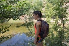 Ταξιδιωτικό ταξίδι στην επιφύλαξη Ενεργός και υγιής τρόπος ζωής στις θερινές διακοπές και το γύρο Σαββατοκύριακου κορίτσι οδοιπόρ Στοκ Φωτογραφία