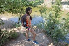 Ταξιδιωτικό ταξίδι στην επιφύλαξη Ενεργός και υγιής τρόπος ζωής στις θερινές διακοπές και το γύρο Σαββατοκύριακου κορίτσι οδοιπόρ Στοκ Εικόνα