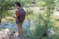Ταξιδιωτικό ταξίδι στην επιφύλαξη Ενεργός και υγιής τρόπος ζωής στις θερινές διακοπές και το γύρο Σαββατοκύριακου κορίτσι οδοιπόρ Στοκ φωτογραφία με δικαίωμα ελεύθερης χρήσης