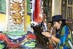 Ταξιδιωτικών ταϊλανδικός γυναικών Θεός δράκων επίσκεψης και σεβασμού προσευμένος του αγάλματος θάλασσας του ναού Hau κασσίτερου R στοκ εικόνες