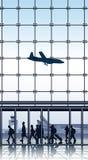 Ταξιδιώτες μέσα στο τερματικό αερολιμένων. Στοκ φωτογραφίες με δικαίωμα ελεύθερης χρήσης