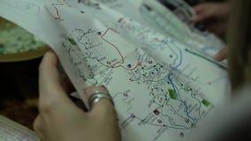 Ταξιδιώτες με έναν χάρτη φιλμ μικρού μήκους
