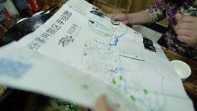 Ταξιδιώτες με έναν χάρτη απόθεμα βίντεο