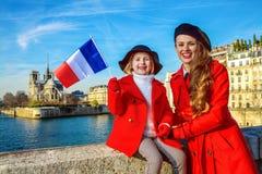 Ταξιδιώτες μητέρων και κορών στο Παρίσι, Γαλλία που παρουσιάζει σημαία Στοκ Εικόνες