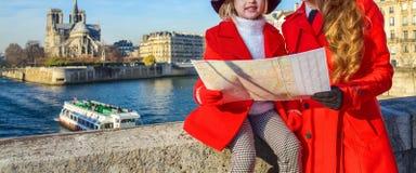 Ταξιδιώτες μητέρων και κορών στο Παρίσι που εξετάζουν το χάρτη Στοκ φωτογραφίες με δικαίωμα ελεύθερης χρήσης