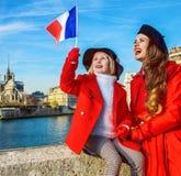 Ταξιδιώτες μητέρων και παιδιών σημαία αύξησης του Παρισιού, Γαλλία Στοκ Φωτογραφία