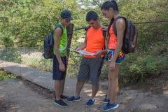 Ταξιδιώτες, οδοιπόροι στις διακοπές που διαβάζουν έναν χάρτη Οι ταξιδιώτες ταξιδεύουν στην επιφύλαξη υγιής τρόπος ζωής στις θεριν Στοκ φωτογραφία με δικαίωμα ελεύθερης χρήσης
