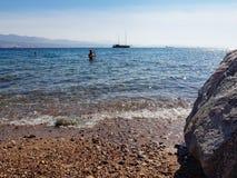 Ταξιδιώτες που κολυμπούν με αναπνευτήρα στη θάλασσα στοκ φωτογραφία με δικαίωμα ελεύθερης χρήσης