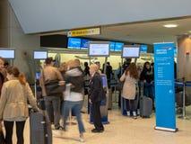 Ταξιδιώτες που παίρνουν ξέφρενα ταξινομημένοι σε έναν έλεγχο της British Airways Στοκ φωτογραφίες με δικαίωμα ελεύθερης χρήσης