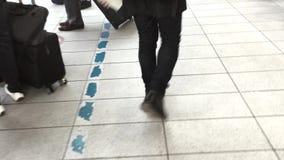 Ταξιδιώτες που περπατούν στο σταθμό απόθεμα βίντεο