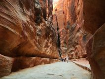 Ταξιδιώτες που περπατούν στο φαράγγι της Petra στην Ιορδανία στοκ εικόνες