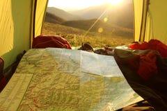 Ταξιδιώτες που προγραμματίζουν τις διακοπές και που εξετάζουν το χάρτη Στοκ Εικόνες