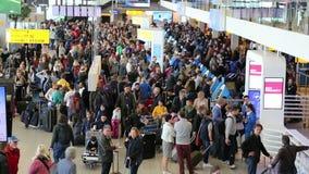 Ταξιδιώτες στον αερολιμένα Schiphol, Άμστερνταμ απόθεμα βίντεο