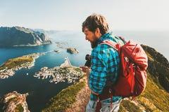 Ταξιδιώτης ατόμων με την άποψη επίσκεψης καμερών σακιδίων πλάτης και φωτογραφιών Στοκ εικόνες με δικαίωμα ελεύθερης χρήσης