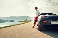 Ταξιδιώτης ατόμων σόλο στο υπόλοιπο αυτοκινήτων καμπριολέ στο γραφικό βουνό Στοκ Εικόνες