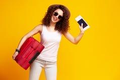 Ταξιδιώτης γυναικών με τη βαλίτσα στο υπόβαθρο χρώματος Στοκ Εικόνες