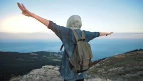 Ταξιδιώτης γυναικών με το σακίδιο πλάτης που περπατά και που απολαμβάνει τη θέα στα βουνά απόθεμα βίντεο