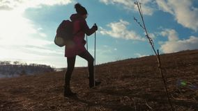 Ταξιδιώτης γυναικών με το σακίδιο πλάτης που στα βουνά Οδοιπόρος σκιαγραφιών που περπατά στα βουνά, την ελευθερία και την ευτυχία φιλμ μικρού μήκους