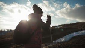 Ταξιδιώτης γυναικών με το σακίδιο πλάτης που στα βουνά Οδοιπόρος σκιαγραφιών που περπατά στα βουνά, την ελευθερία και την ευτυχία απόθεμα βίντεο