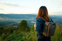 Ταξιδιώτης γυναικών με το σακίδιο πλάτης που φαίνεται άποψη στοκ εικόνα με δικαίωμα ελεύθερης χρήσης