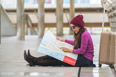 Ταξιδιώτης γυναικών που εξετάζει το χάρτη ταξιδιού Στοκ φωτογραφία με δικαίωμα ελεύθερης χρήσης