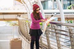 Ταξιδιώτης γυναικών που εξετάζει το χάρτη ταξιδιού Στοκ Εικόνα