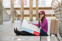 Ταξιδιώτης γυναικών που εξετάζει το χάρτη ταξιδιού Στοκ φωτογραφίες με δικαίωμα ελεύθερης χρήσης