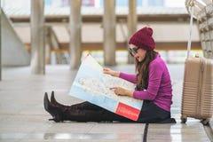 Ταξιδιώτης γυναικών που εξετάζει το χάρτη ταξιδιού Στοκ Φωτογραφίες