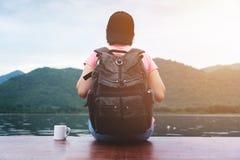 Ταξιδιώτης γυναικών που κοιτάζει στη συννεφιάζω άποψη ποταμών, βουνών και ουρανού στοκ εικόνα με δικαίωμα ελεύθερης χρήσης