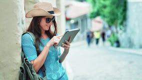 Ταξιδιώτης γυναικών που κοιτάζει στο χάρτη που χρησιμοποιεί το PC ταμπλετών ή την ψηφιακή ηλεκτρονική ναυσιπλοΐα ΠΣΤ φιλμ μικρού μήκους