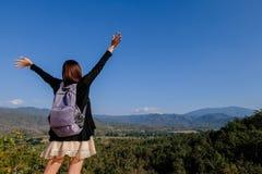 Ταξιδιώτης γυναικών της Ασίας ευχαριστημένος από την άποψη σχετικά με το μέγιστο βουνό στοκ φωτογραφίες με δικαίωμα ελεύθερης χρήσης