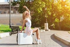 Ταξιδιώτης κοριτσιών με μια άσπρη βαλίτσα στοκ φωτογραφίες με δικαίωμα ελεύθερης χρήσης