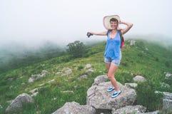 Ταξιδιώτης κοριτσιών με μια κάμερα στα βουνά Στοκ φωτογραφίες με δικαίωμα ελεύθερης χρήσης