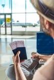 Ταξιδιώτης με τα διαβατήρια και τα εισιτήρια Στοκ εικόνα με δικαίωμα ελεύθερης χρήσης