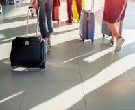 Ταξιδιώτης με τη βαλίτσα στην πλατφόρμα στο τερματικό αερολιμένων στοκ εικόνες