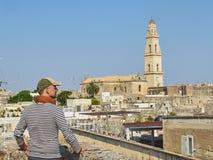 Ταξιδιώτης μπροστά από την άποψη στεγών Lecce Πούλια, νότια Ιταλία Στοκ φωτογραφία με δικαίωμα ελεύθερης χρήσης
