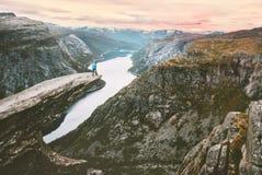 Ταξιδιώτης μόνο στην άκρη του ταξιδιού απότομων βράχων Trolltunga στη Νορβηγία στοκ εικόνες
