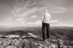 Ταξιδιώτης πάνω από το βουνό Εννοιολογικό σχέδιο Στοκ φωτογραφίες με δικαίωμα ελεύθερης χρήσης