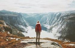 Ταξιδιώτης που ερευνά τη μόνη πεζοπορία βουνών με το σακίδιο πλάτης στοκ φωτογραφία με δικαίωμα ελεύθερης χρήσης