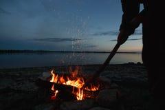 Ταξιδιώτης που κάνει τη φωτιά τη νύχτα Στοκ εικόνες με δικαίωμα ελεύθερης χρήσης