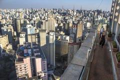 Ταξιδιώτης που κοιτάζει σε μια μεγάλη πόλη στοκ εικόνες