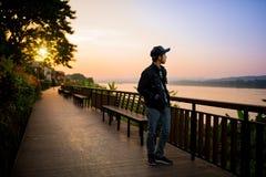 Ταξιδιώτης που περπατά πέρα από την ξύλινη γέφυρα κοντά στον ποταμό Στοκ Εικόνα